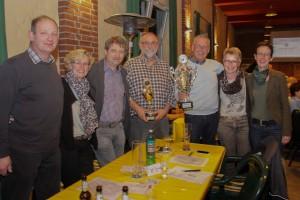 Obwohl nur sieben Lembecker zum Quizturnier angetreten sind, konnten sie am Ende den Pokal mitnehmen. (Quelle: Dorstener Zeitung)